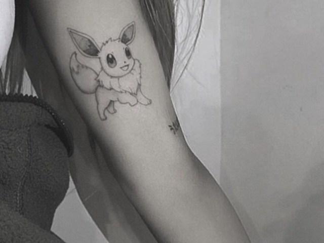 流行歌手「亞莉安娜」在身上刺下《精靈寶可夢》伊布圖案刺青