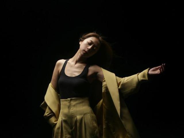 陳綺貞出道二十年獻舞曲處女秀 跳到僅剩一件背心
