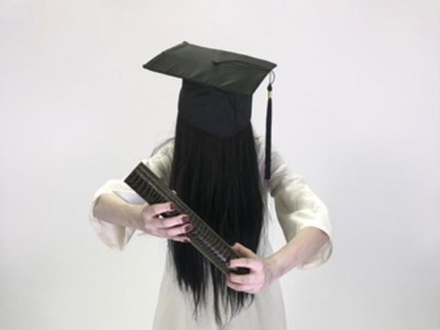 貞子「畢業照」長這樣! 血指甲領證書…網驚:是要成佛嗎