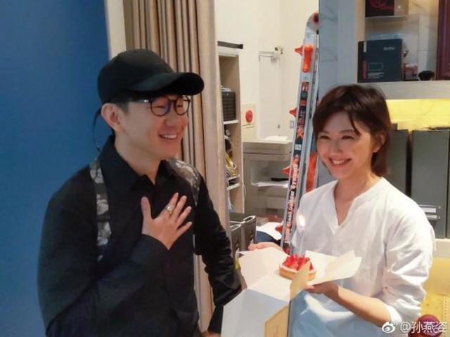 孫燕姿捧蛋糕為林俊傑慶生 二人對鏡比心笑容甜